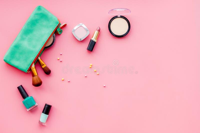 秀丽设置与装饰化妆用品 指甲油、刷子和袋子在桃红色背景顶视图大模型 图库摄影