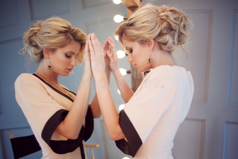 秀丽豪华白肤金发的妇女与和镜子,特写镜头 免版税图库摄影