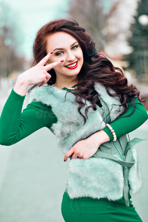秀丽貂皮皮大衣的时装模特儿女孩 豪华灰色毛皮夹克的美丽的妇女 背景美丽的方式女孩查出的空白冬天 图库摄影