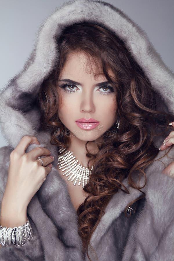 秀丽貂皮皮大衣的时装模特儿妇女。冬天女孩在Luxu 库存图片