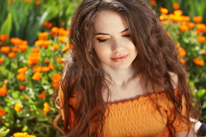 秀丽长的波浪发。美丽的深色的妇女。健康Hairsty 免版税库存照片