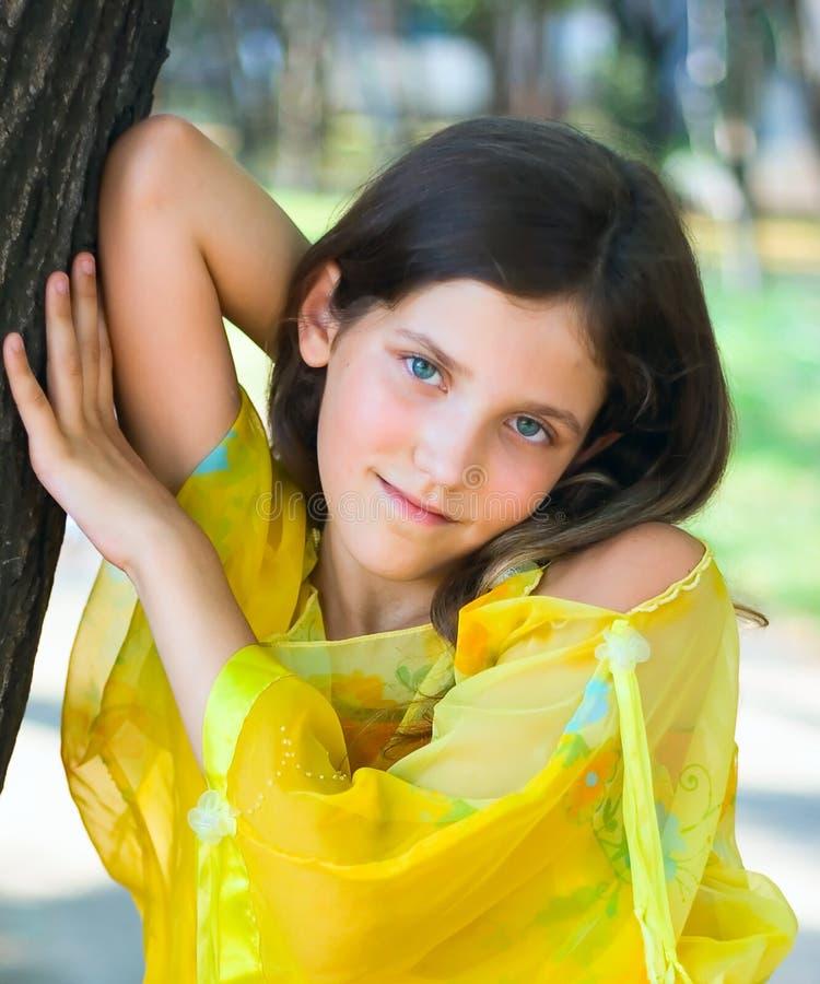 秀丽青少年女孩的公园 免版税库存照片