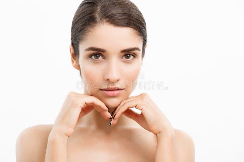 秀丽青年护肤概念-接近的美丽的白种人妇女面孔画象 有完善的美丽的温泉模型女孩 免版税库存照片