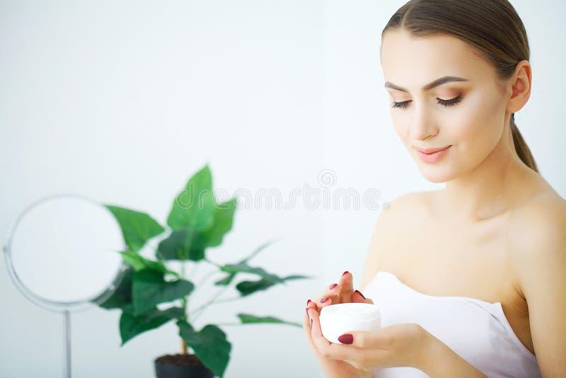 秀丽青年护肤概念-接近的美丽的白种人Wo 免版税库存图片