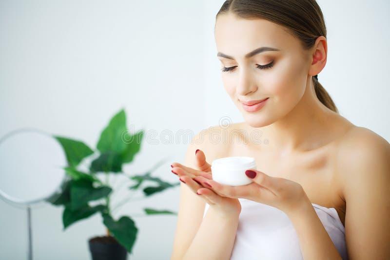 秀丽青年护肤概念-接近的美丽的白种人Wo 图库摄影