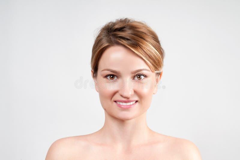 秀丽面孔护肤 有干净的完善的皮肤的妇女 库存图片