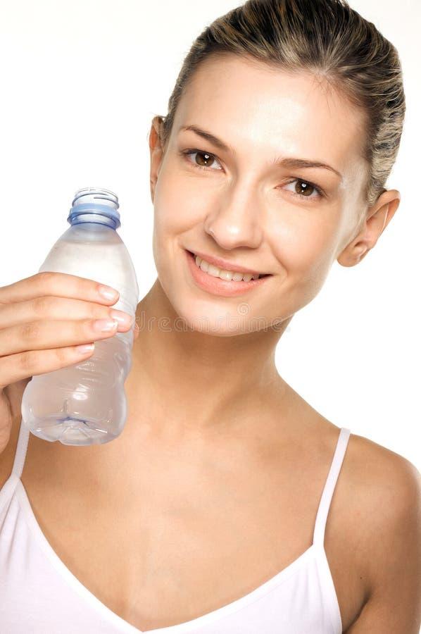秀丽饮用的女孩射击水 免版税图库摄影