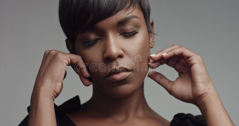 秀丽黑人妇女画象特写镜头 免版税库存图片