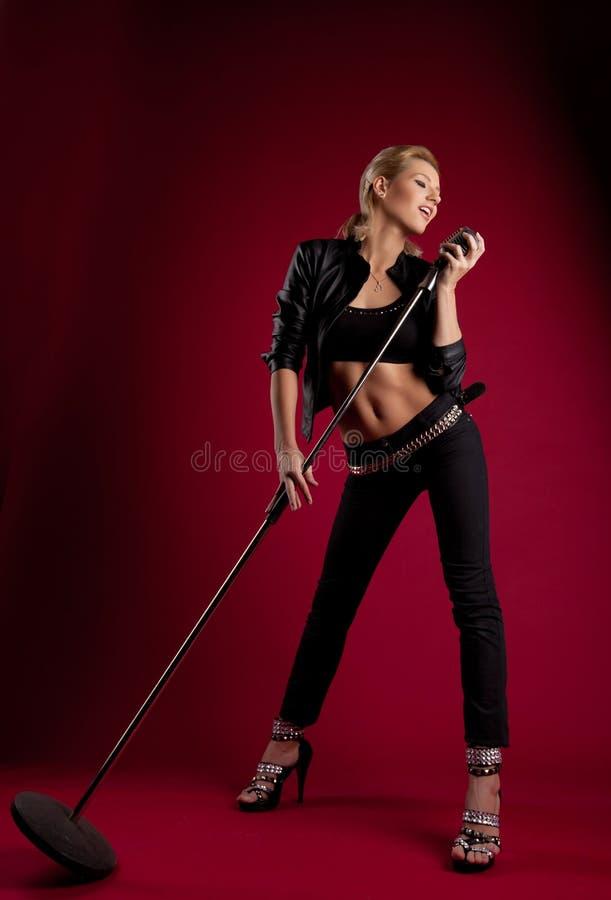 秀丽黑人皮革mic红色歌唱家 库存图片
