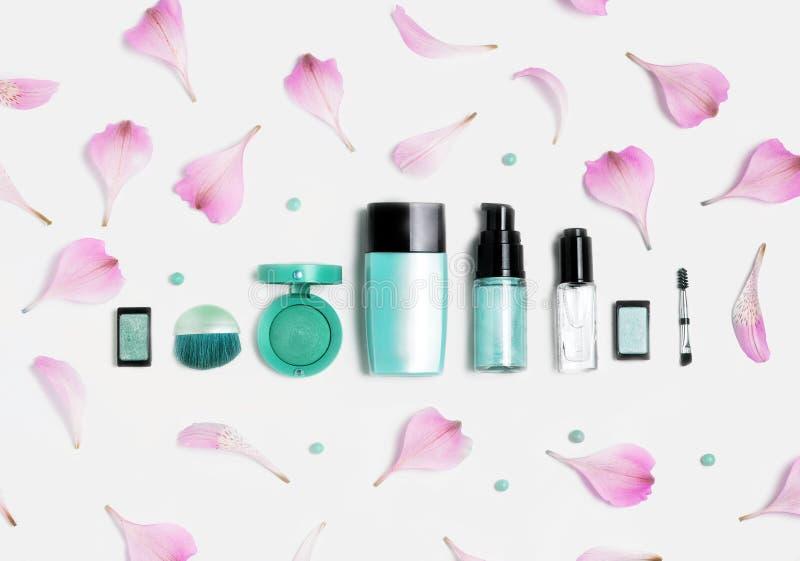 秀丽,装饰化妆用品 构成电刷组和颜色眼影膏调色板在白色背景,平的位置,顶视图 免版税库存照片