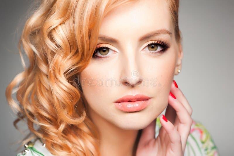 专业眼睛构成特写镜头在美丽的白肤金发的妇女的 库存照片