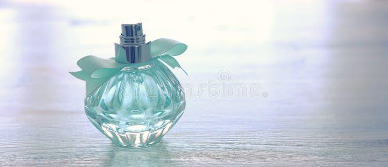 秀丽/典雅的香水瓶的时尚图象在淡色背景的 葡萄酒被过滤的图象 免版税图库摄影