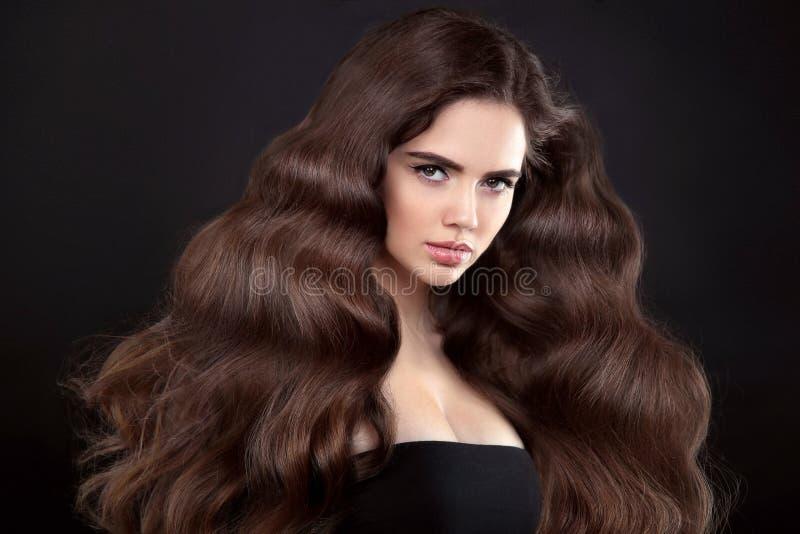 秀丽头发 有长的发光的波浪发的深色的女孩 美丽 免版税图库摄影