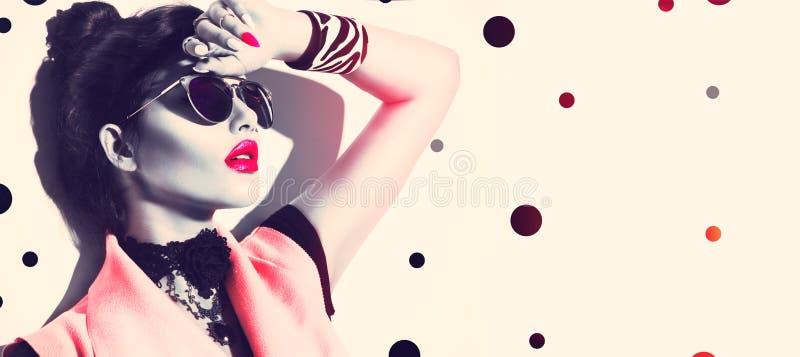 秀丽戴时髦的太阳镜的时装模特儿女孩 免版税库存图片