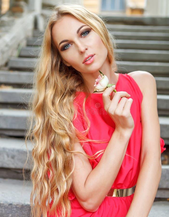 秀丽年轻白肤金发的女孩藏品上升了 免版税库存图片