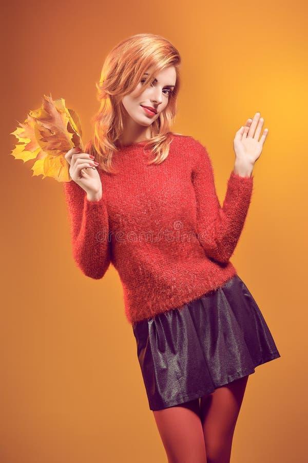 秀丽画象红头发人妇女秋天生叶,葡萄酒 免版税库存图片