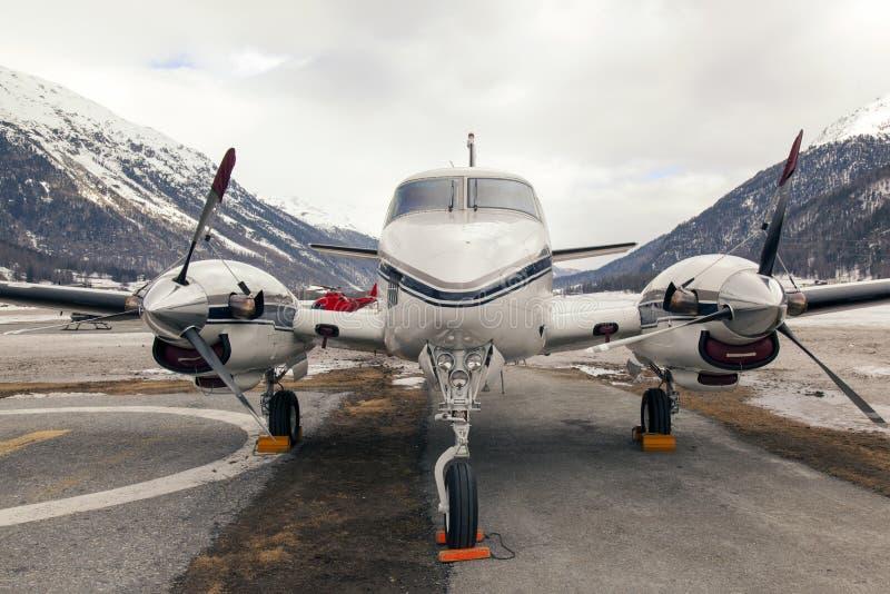 私人喷气式飞机和一架直升机在圣盛生瑞士机场  库存照片