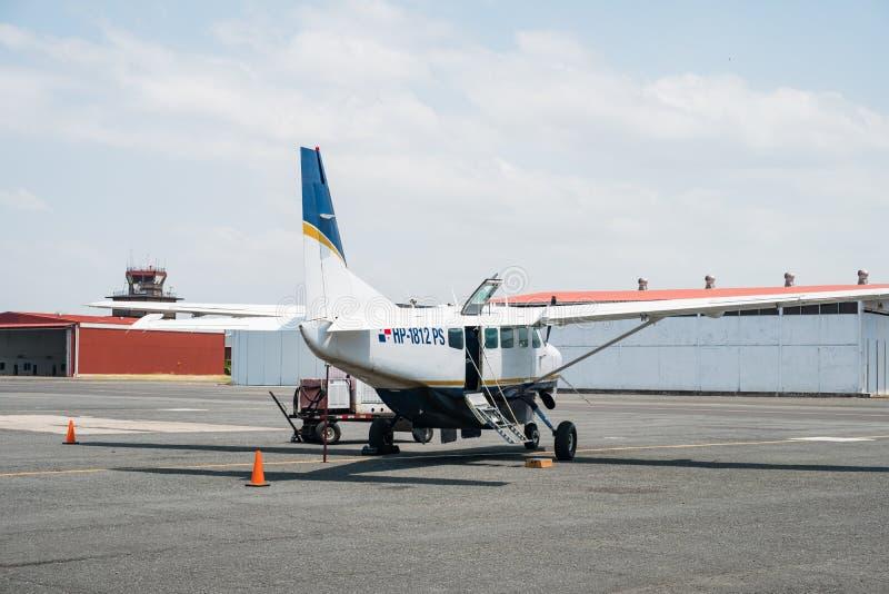 私人喷气式飞机,在巴拿马市Albrook的赛斯纳208B盛大有蓬卡车 免版税库存图片