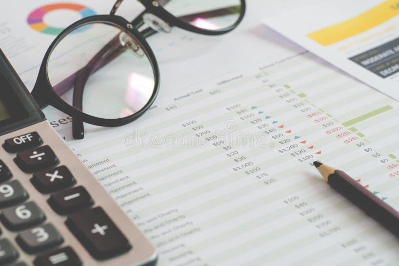 私人预算的计算器和文件 财务管理概念 免版税库存照片