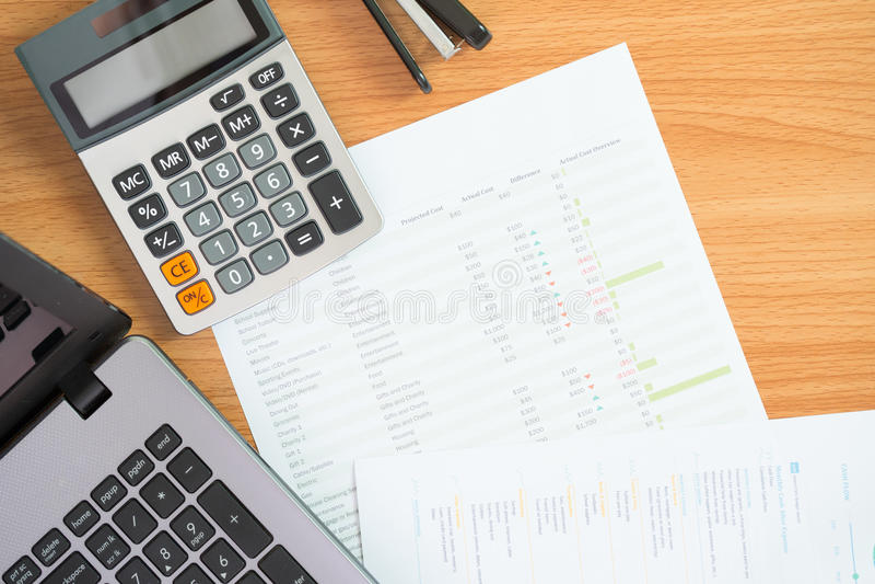 私人预算的财务管理概念、计算器和文件与一台膝上型计算机的在桌上 库存照片