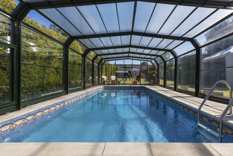 私有加热的游泳池 免版税库存照片