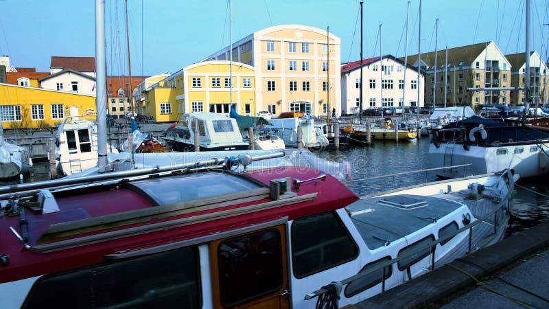 私有在欧洲城市口岸靠码头的游艇和风船,旅游视域 免版税图库摄影