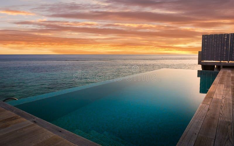 私有游泳池和惊人的日落 库存照片