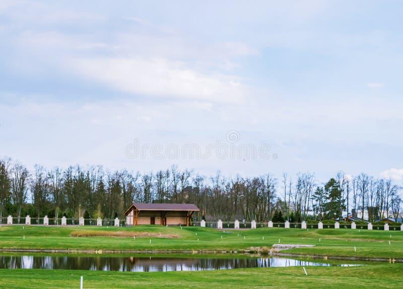 私有高尔夫球领域 免版税库存图片