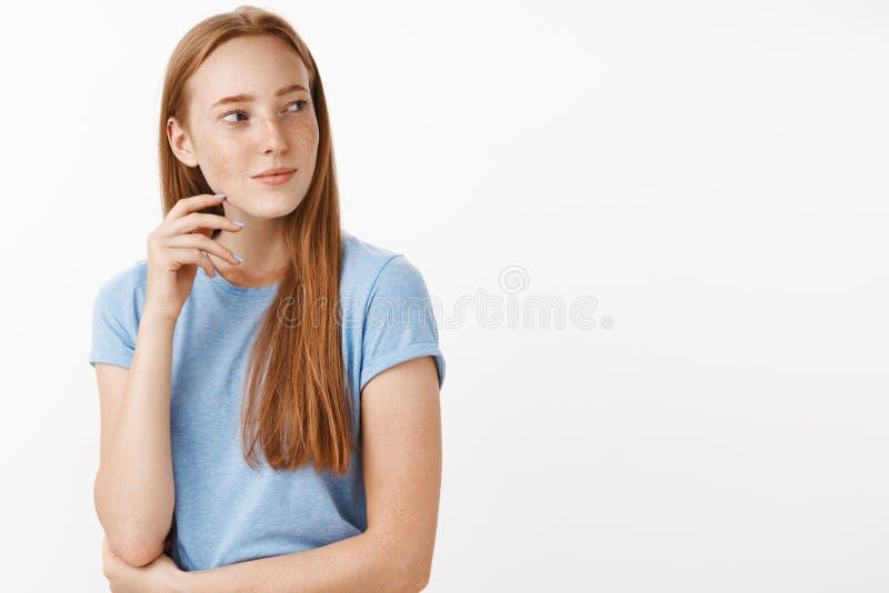 私秘被吸引的和感兴趣的悦目成人红头发人女性腰部射击有雀斑的在蓝色T恤杉转动 库存图片