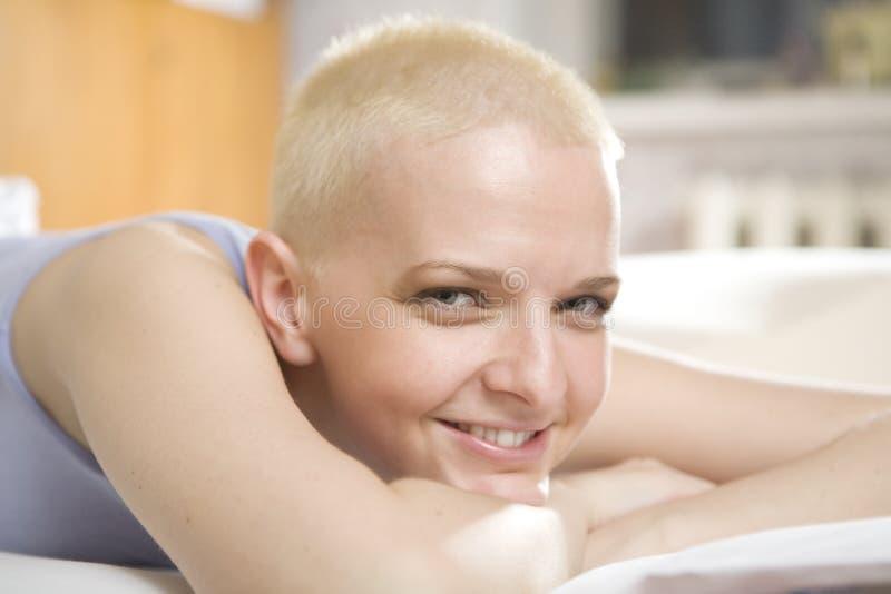 秃头河床位于的微笑的妇女 免版税库存照片