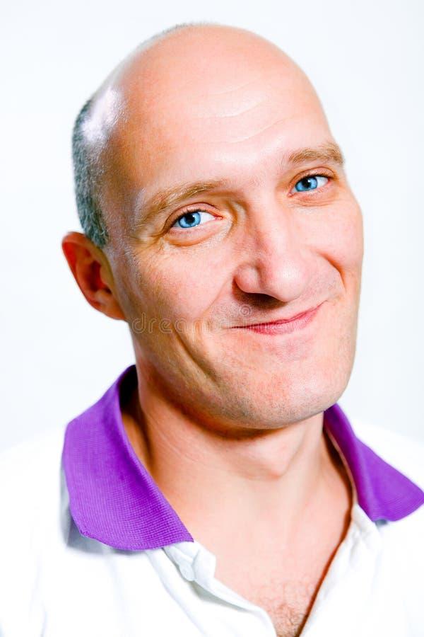 秃头蓝眼睛愉快的人纵向微笑 免版税库存照片