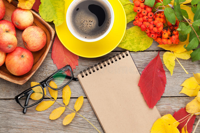 秋叶、苹果果子、咖啡杯和笔记薄 图库摄影