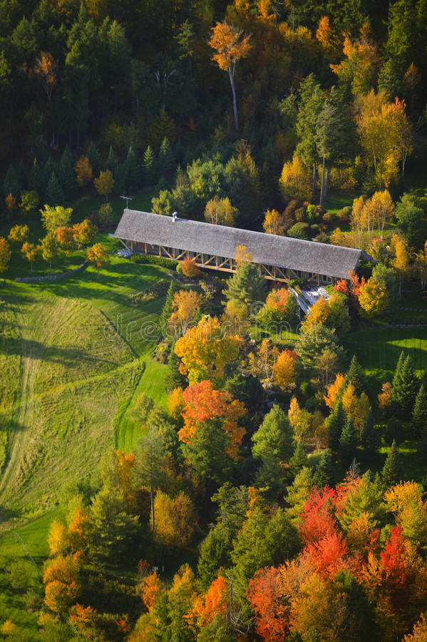 秋叶和一座被遮盖的桥鸟瞰图  库存图片