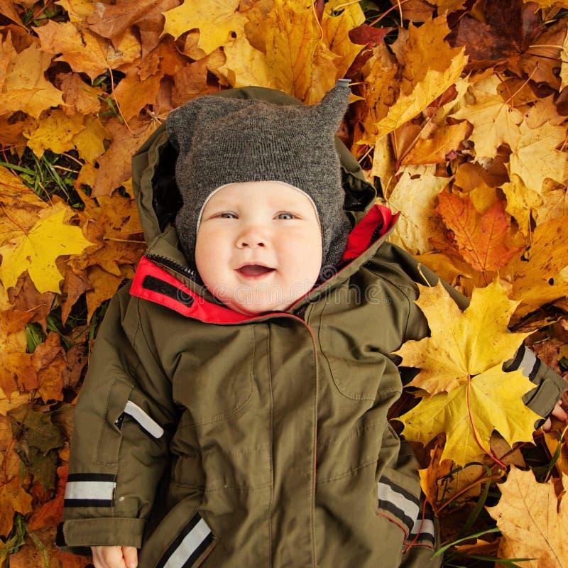 秋叶的逗人喜爱的小婴孩 愉快的子项一点 库存图片