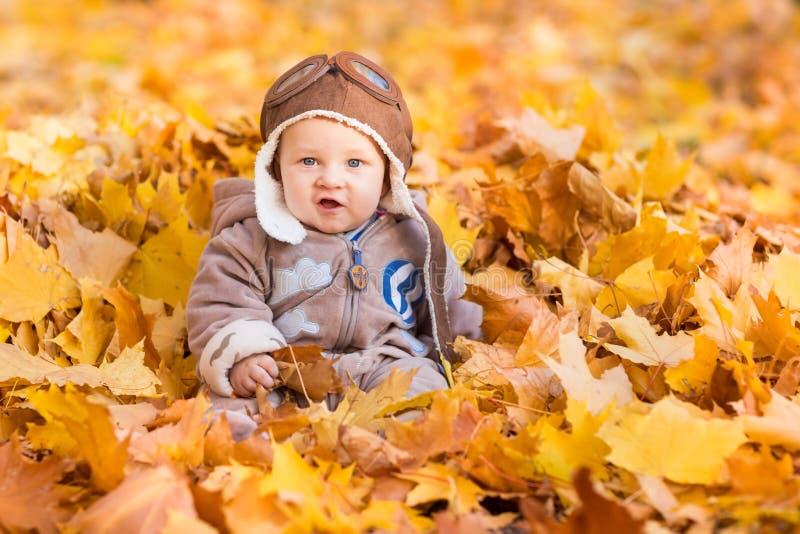 秋叶的逗人喜爱的婴孩 免版税库存照片