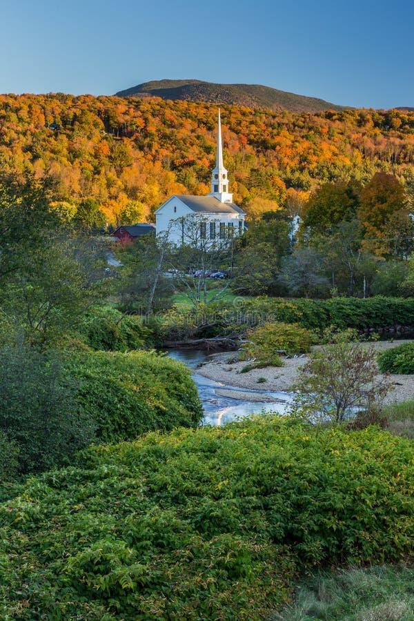 秋叶风景和教会在Stowe,佛蒙特 库存照片