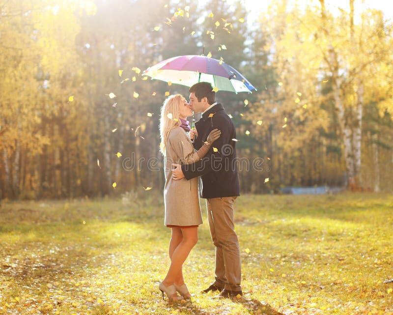 秋天、爱、关系和人概念-亲吻夫妇 库存照片