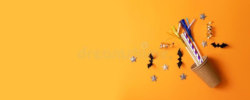 秋天万圣节结构的纸玻璃,多彩多姿的小管,纸棒,星 免版税图库摄影