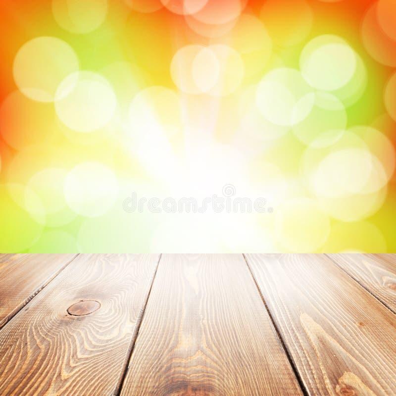 秋天与木桌的自然背景 免版税库存图片