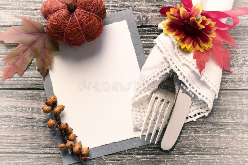 秋天与空白的表设置邀请或与空间的菜单您的拷贝、文本或者设计的卡片或室 一把叉子和刀子在葡萄酒N 免版税库存图片