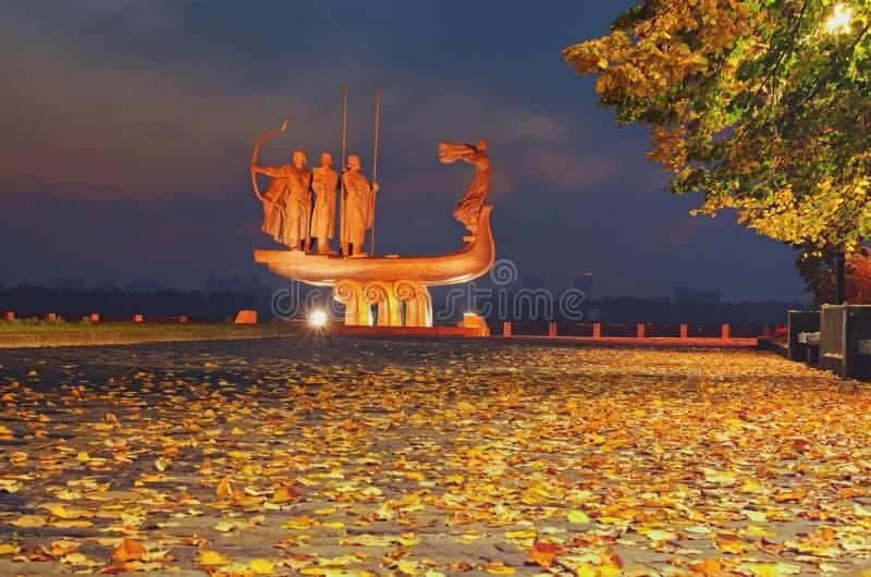 秋天与纪念碑的夜都市风景对基辅的创建者Dnieper堤防的 免版税库存照片