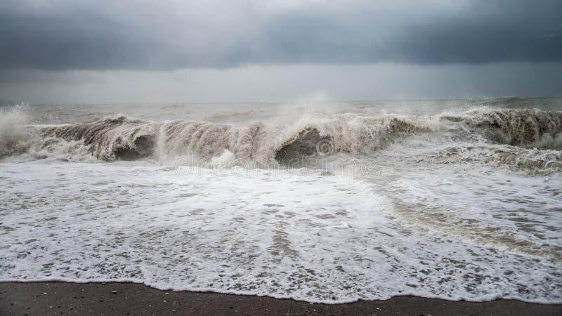 秋天与飞溅的海风暴从在海滩的大波浪 免版税库存照片