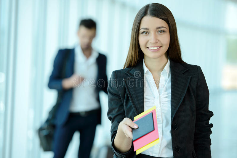 秋天企业森林旅行妇女年轻人 免版税库存照片