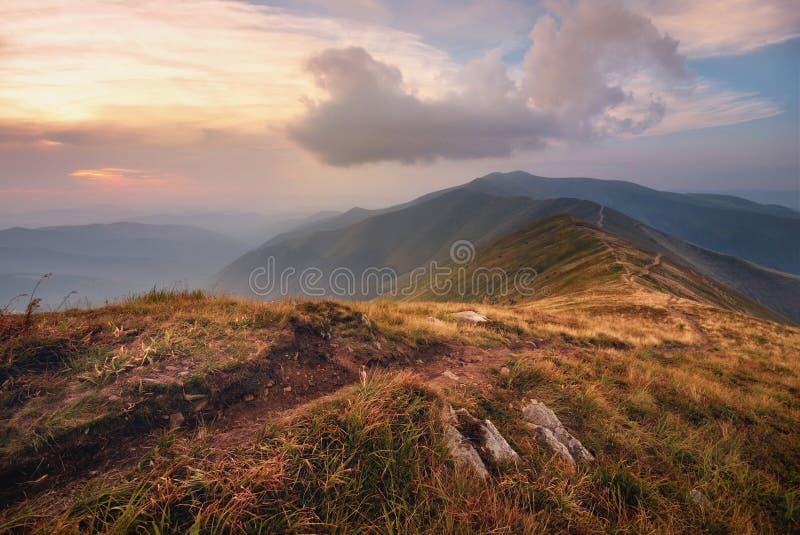 秋天克里米亚karadag横向山国家储备 在日落天空背景的山道路 顶极方式  山坡有步行的一个方式 免版税图库摄影