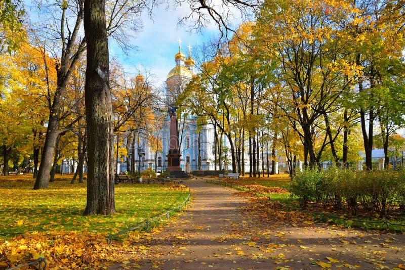 秋天公园,对船亚历山大三世a的水手的纪念碑 库存照片