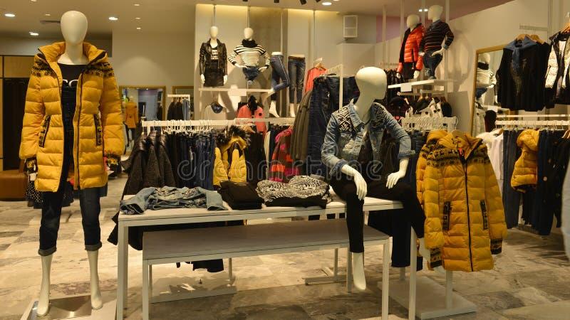 秋天冬天时装的时尚时装模特购物 免版税图库摄影