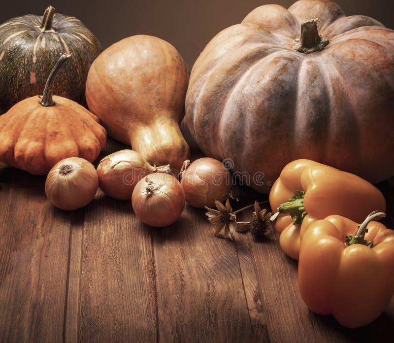 秋天南瓜和其他水果和蔬菜在木感恩桌上 库存图片