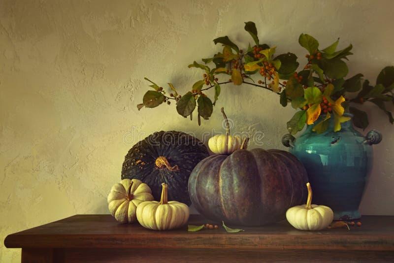 秋天南瓜和金瓜在桌上 免版税图库摄影