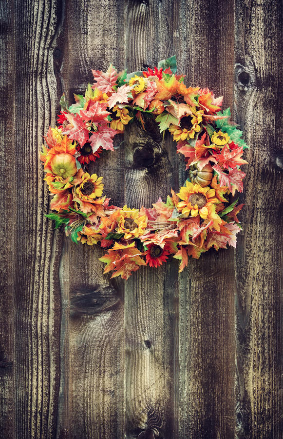 秋天反对木板条的花花圈 库存图片