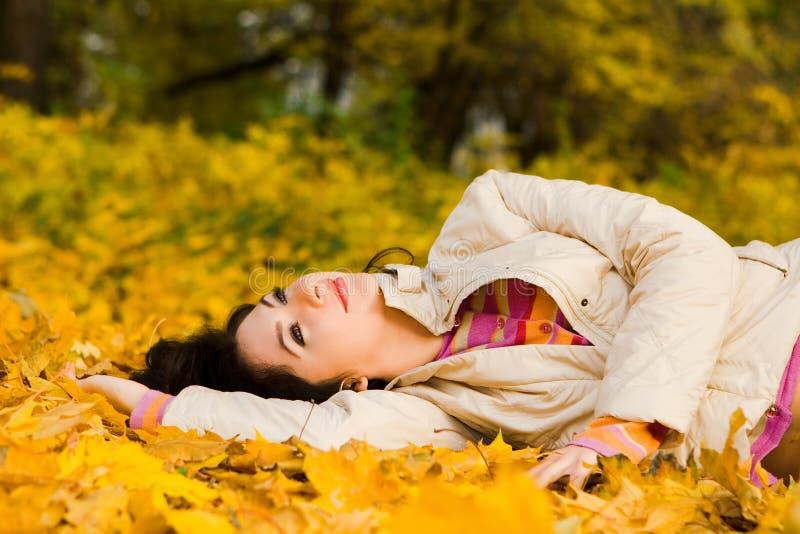 秋天叶子妇女年轻人 库存照片